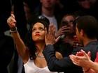 Rihanna usa blusa transparente e deixa seios à mostra em jogo