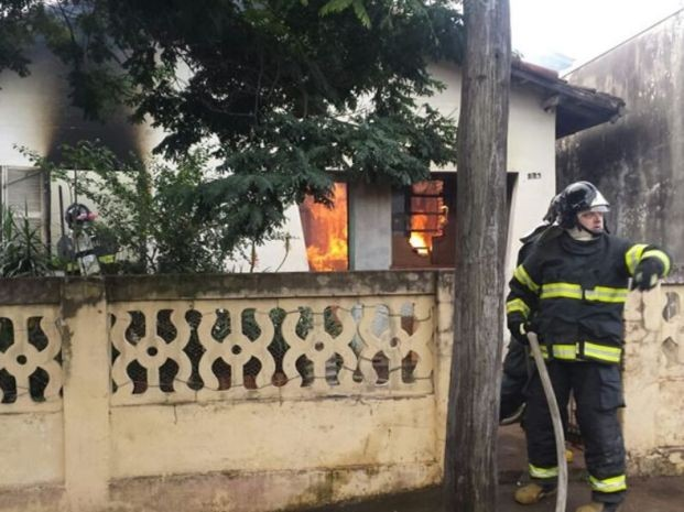 Homem ateou fogo na casa do pai em Botucatu (Foto: Divulgação / Acontece Botucatu)