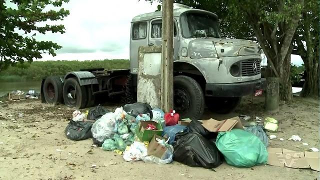 Lixo acumulado em Iguape (Foto: Reprodução/TV Tribuna)