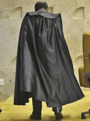 O ministro Joaquim Barbosa com sua toga durante julgamento do mensalão (Foto: José Cruz / Agência Brasil)