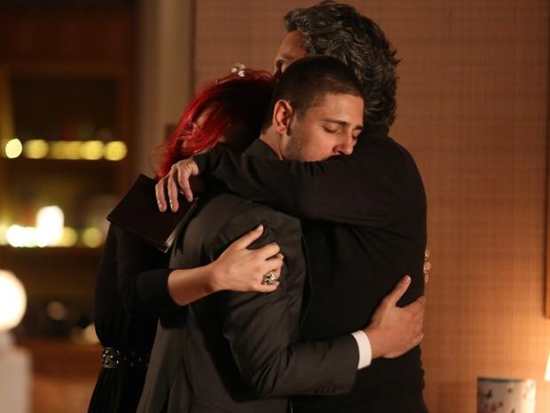 Abraço entre os três é longo e carinhoso  (Foto: Pedro Curi/TV Globo)