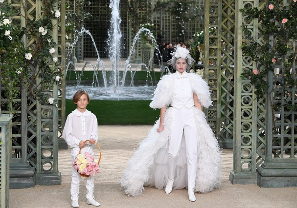 PARIS, FRANCE - JANUARY 23:  Hudson Kroenig (L) and a model walk the runway during the Chanel Spring Summer 2018 show as part of Paris Fashion Week on January 23, 2018 in Paris, France.  (Photo by Pascal Le Segretain/Getty Images) (Foto: Getty Images)