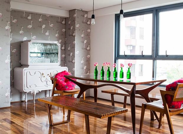 Também vale usar esse item atrás de algum móvel, como a cristaleira neste projeto. Nesta sala de jantar, da empresária Camila Salek, o papel de parede superdivertido com estampa de aves foi trazido de Londres (Foto: Lufe Gomes/Editora Globo)