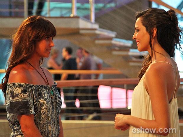Marina se apresenta a Clara (Foto: Carol Caminha / TV Globo)