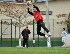Goleiro Weverton, do Atlético-PR, treina (Foto: Gustavo Oliveira/Site Oficial do Atlético-PR)