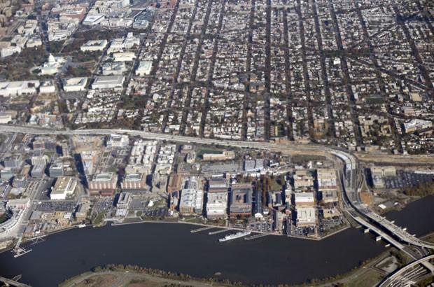 Foto de novembro de 2013 mostra vista área de instalação da Marinha dos EUA (na parte inferior) que foi isolada nesta quinta-feira (2) devido a relatos de um tiroteio no local (Foto: Pablo Martinez Monsivais/AP)
