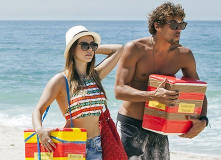 Personagem de Giovanna Lancellotti vira vendedora ambulante em praia