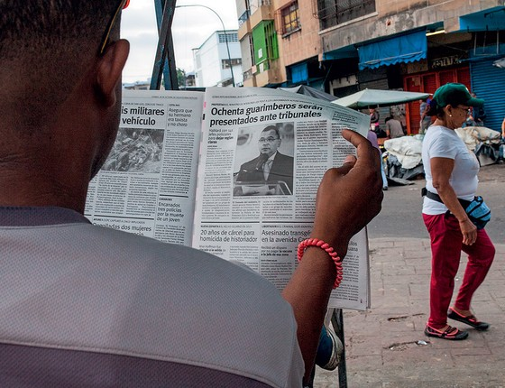Um leitor de jornal na Venezuela. O governo de Nicolás Maduro tenta reprimir a liberdade de imprensa (Foto: Wil Riera/Bloomberg via Getty Images)