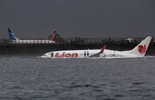 Carcaça do Boeing 737 que aterrissou na água em Denpasar, Bali, neste sábado (13) (Foto: Reuters)