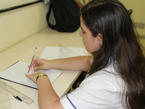 Aluna cega  do Colégio Pedro II fazendo desenho geométrico  (Foto: Divulgação/Alessandra de Paula)