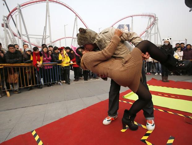 Casal que desse o beijo mais curioso ganharia um iPhone 5S ao final do evento (Foto: Kim Kyung-Hoon/Reuters)