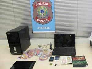 """Material apreendido na casa do jovem preso pela PF na operação """"Glasnot"""" (Foto: Karoline Torres/G1)"""