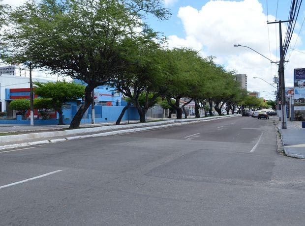 Trecho da Av. Hermes Fontes próximo ao cruzamento com a Av. Edézio Vieira de Melo teve que ser fechado por volta das 9h em Aracaju (Foto: Marina Fontenele/G1 SE)