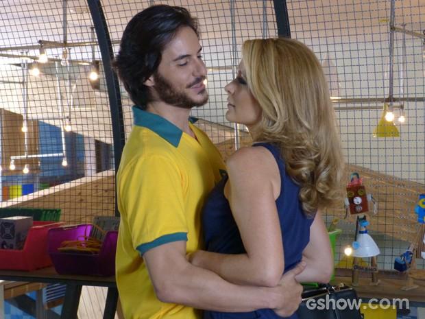 Os dois não resistem à atração que sentem (Foto: Geração Brasil/TV Globo)