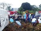 Cinco ocupantes de micro-ônibus que capotou ainda estão internados