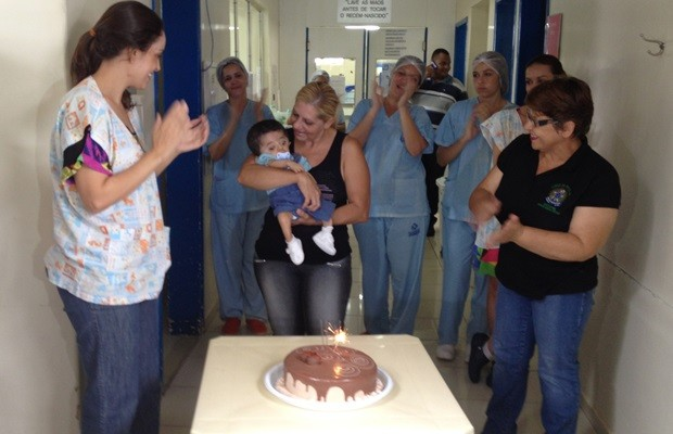 Equipe fez festa para se despedir do menino, que viveu no hospital desde que nasceu (Foto: Fernanda Borges/G1)