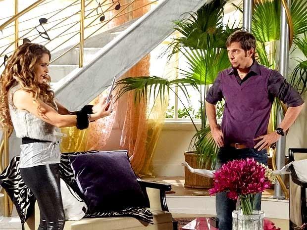 Chayene fica furiosa ao ver foto de Rosário ao lado de Fabian (Foto: Cheias de Charme / TV Globo)