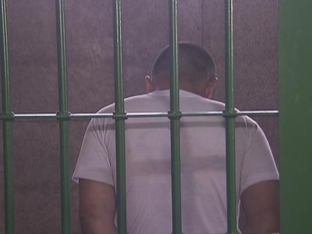 Agressor está preso na 5ª delegacia, na área central de Brasília  (Foto: Reprodução/Tv Globo)