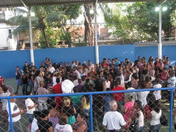 Dezenas de amigos e familiares se despedem dos meninos em Nilópolis (Foto: Renata Soares/G1)
