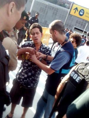 Polícia apreende material de ambulantes no Maracanã (Foto: Globoesporte.com)