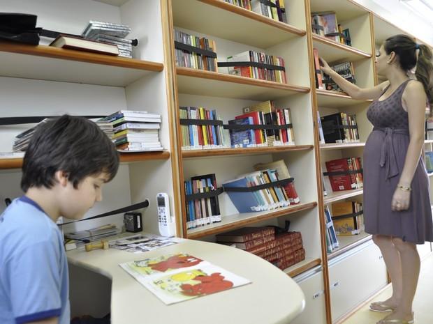 Sesc lan a biblioteca for Distancia entre estantes biblioteca