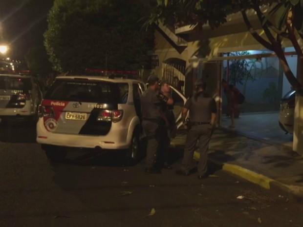 A negociação da Polícia Militar com os três suspeitos durou um hora (Foto: Ícaro Ferracini/EPTV)