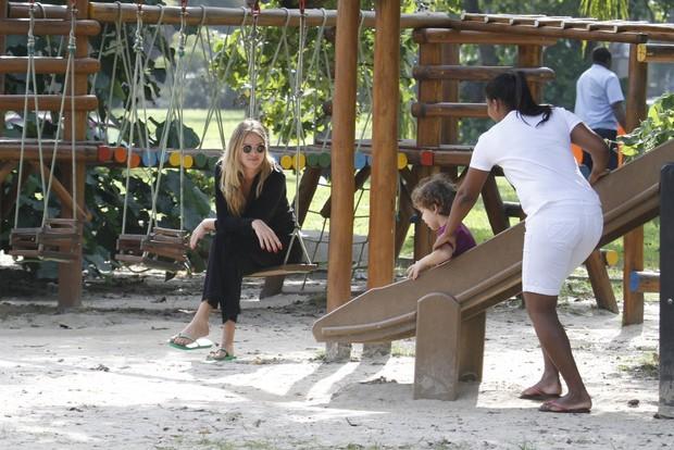 Letícia Birkheuer, filho e babá brincam na pracinha (Foto: Gil Rodrigues/ FotoRio News)