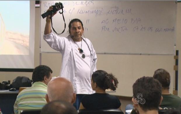Professor ministra técnicas básicas da fotografia (Foto: Bom Dia Amazônia)