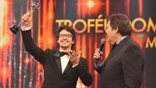 Jesuíta Barbosa ganha troféu como melhor ator de série no 'Domingão' (Carol Caminha/Gshow)