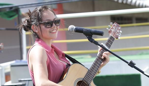 Amanda Arantes é um talento de Campinha Grande e cantou sucessos da música sertaneja para a galera (Foto: Luiz Renato Correa/RPC TV)