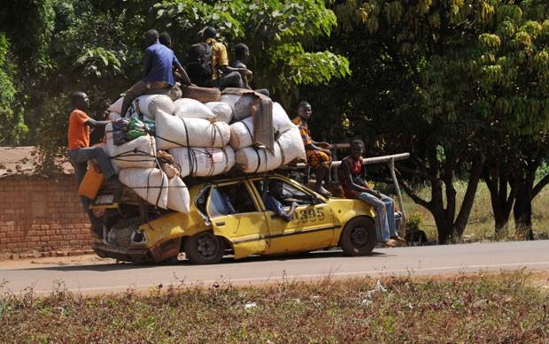 Sedã é usado por moradores de Damara para levar uma enorme quantidade de mantimentos e pertences (Foto: Sia Kambou/AFP)