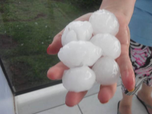 Pedras de gelo que caíram em Nova Larajeiras (Foto: Divulgação/Prefeitura de Nova Laranjeiras)