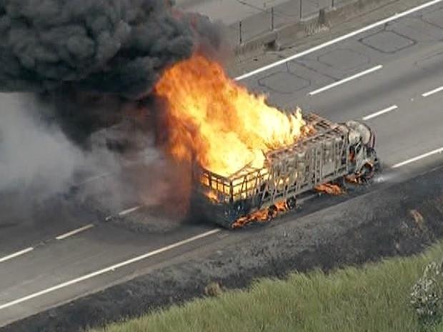 Caminhão pegou fogo por volta das 11h30 no km 169 da via Dutra em Jacareí (Foto: Reprodução/TV Vanguarda)