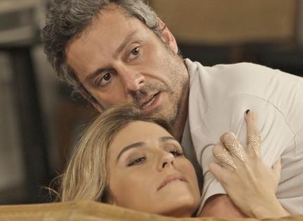 De lingerie, Atena provoca Romero, e Tóia flagra os dois