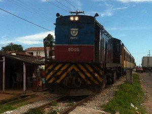 Caminhão foi atingido por trem na zona Oeste de Natal (Foto: Igor Jácome/G1)
