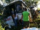 Acidente entre caminhão e micro-ônibus mata um e deixa 11 feridos