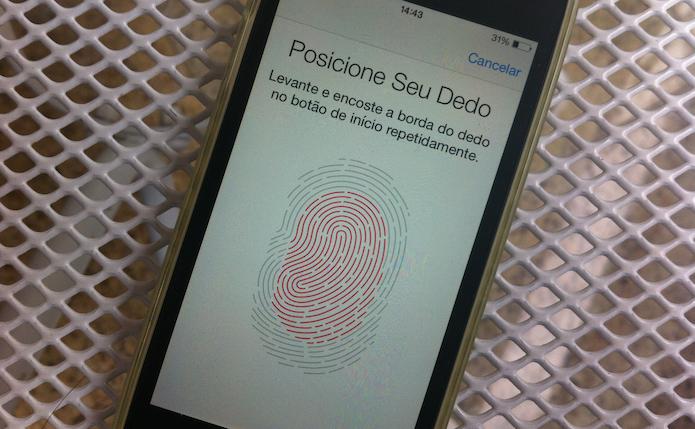Captando as bordas de uma impressão digital que será vinculada a Touch ID do iOS (Foto: Reprodução/Marvin Costa)