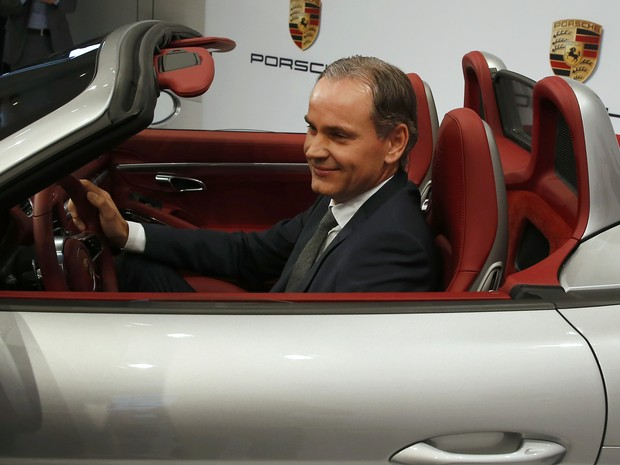 CEO da Porsche, Oliver Blume, posa dentro de um 718 Boxster S (Foto: REUTERS/Michael Dalder)