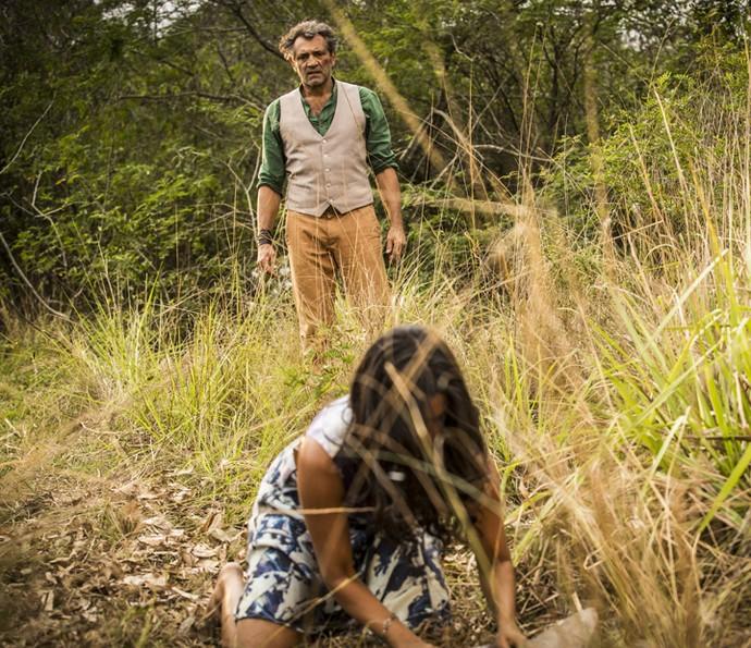 Luzia não percebe que Santo se aproxima e está prestes a flagrar seu grande segredo (Foto: Inácio Moraes/Gshow)