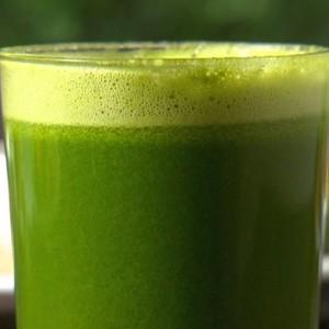 Aprenda a fazer o suco verde de cenoura e espinafre (Rede Globo)