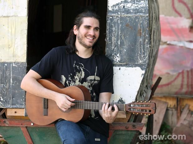 Gabriel Sater confessa que só começou a tocar violão para conquistar as meninas (Foto: Carol Caminha/TV Globo)