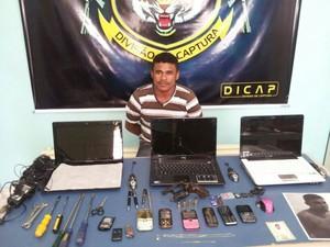 Foragido foi encontrado com vários materiais e uma arma (Foto: (Dicap) Roney Cruz)