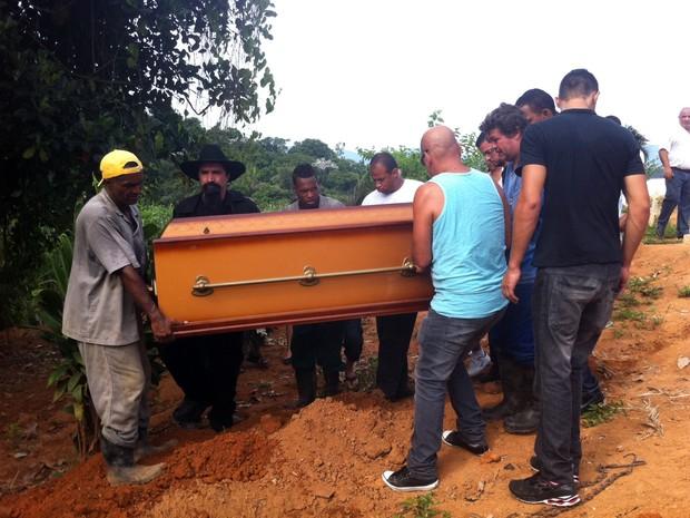 Caixão com o corpo de Enéas Paes Leme é carregado durante o enterro realizado na tarde deste domingo (6), em Xerém, distrito de Duque de Caxias (Foto: Isabela Marinho/G1)