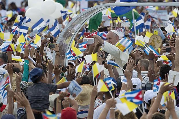 O papa Francisco chega à Praça da Revolução, em Havana, em seu papamóvel (Foto: Ramon Espinosa/AP)