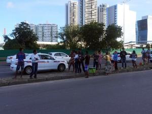 Ônibus param na pista principal da Avenida Paralela (Foto: Maiana Belo/G1)