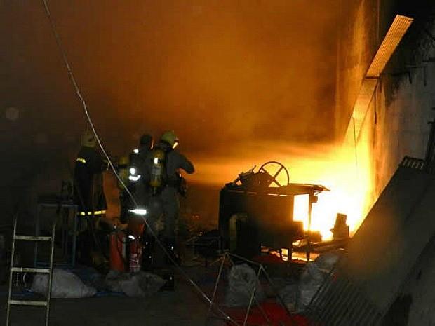 Fogo foi controlado cerca de cinco horas depois do início das chamas (Foto: Agência Miséria)