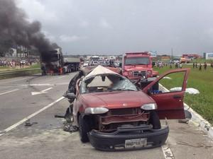 Acidente entre caminhão e carro aconteceu na BR-230, em Santa Rita, na Paraíba (Foto: Walter Paparazzo/G1)