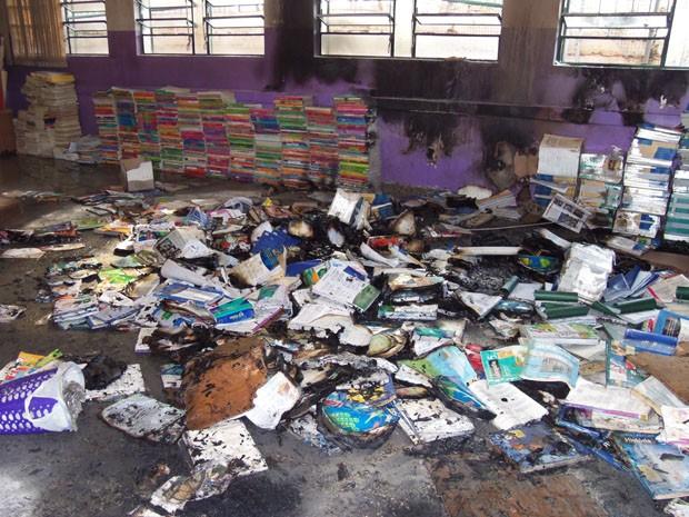 Acervo da biblioteca foi destruído pelas chamas (Foto: João Laud/RBS TV)