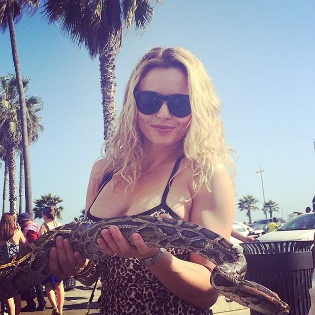 Rita Guedes posa com uma cobra em praia em Los Angeles, nos Estados Unidos (Foto: Instagram/ Reprodução)