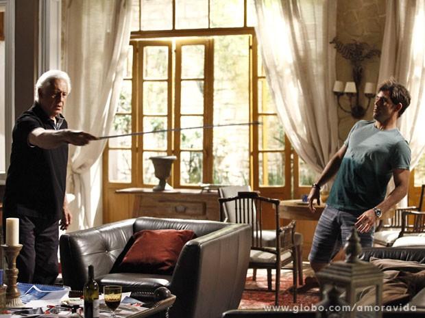 César quase acerta Ninho com a bengala (Foto: Inácio Moraes/TV Globo)